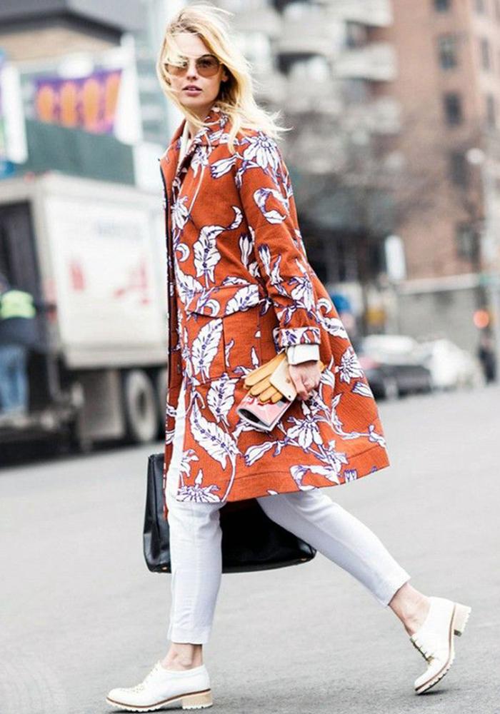 4e4bdc03868 calça branca denim branco jeans branco inverno e verão peça essencial looks  de inspiração outfits calça branca capa looks de transição de estação  casaco ...